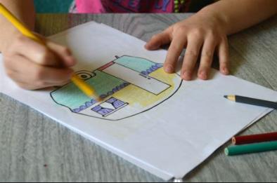 niño coloreando Torre de Babel